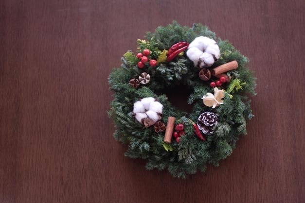 リース・生花・クリスマス・針葉樹・赤・白