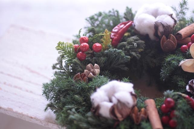 リース・生花・針葉樹・赤・白・クリスマス