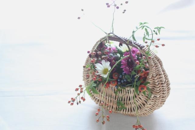 アレンジ(生花)野の花の風情のバスケットアレンジ