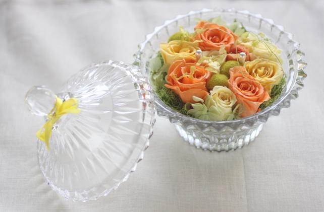 リングピロー(プリザーブドフラワー)オレンジ×イエローのガラスの器のリングピロー2