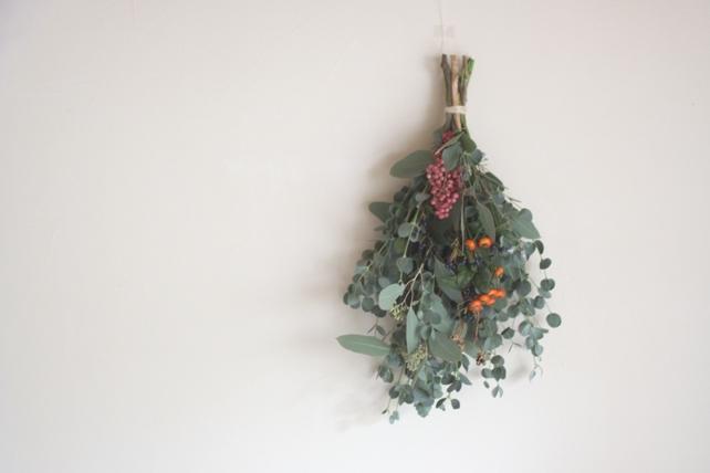 スワッグ(生花)秋の実ものとユーカリのスワッグ
