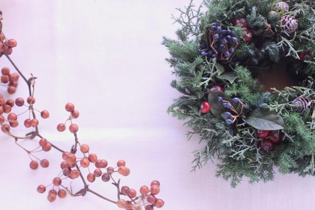 リース(生花)針葉樹と実もののリース