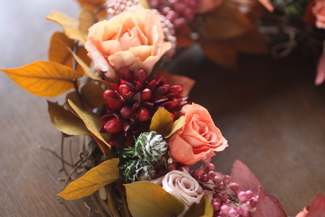 リース(プリザーブドフラワー)紅葉した葉とバラの秋リース2
