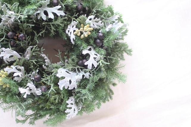 リース(生花)針葉樹とシルバーリーフの冬リース