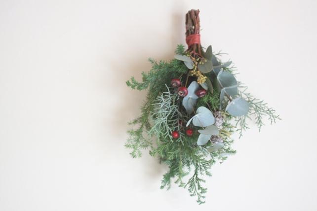 スワッグ(生花)針葉樹とユーカリ、落ち着いた色合いの赤い実のスワッグ