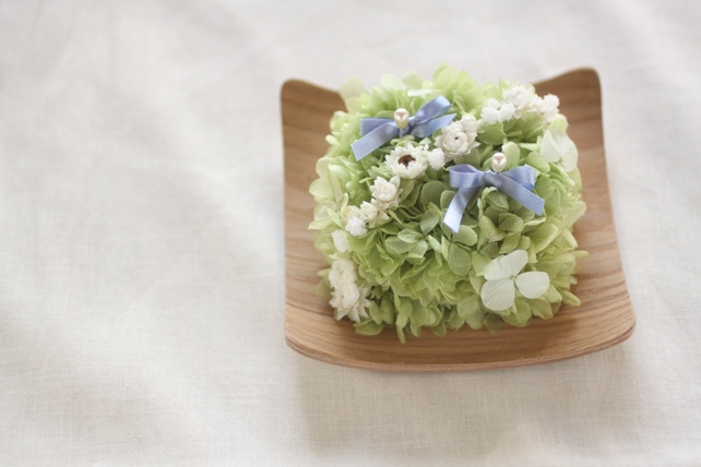 リングピロー(プリザーブドフラワー)紫陽花とかすみ草など、木の器