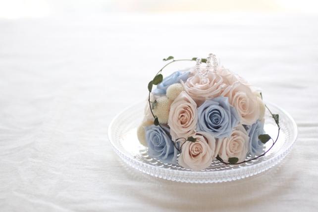リングピロー(プリザーブドフラワー)淡い水色と白のバラで