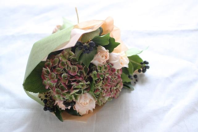 花束(生花)紫陽花とバラ