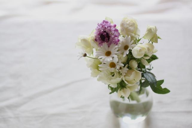 花束(生花)白い花を集めたプチブーケ
