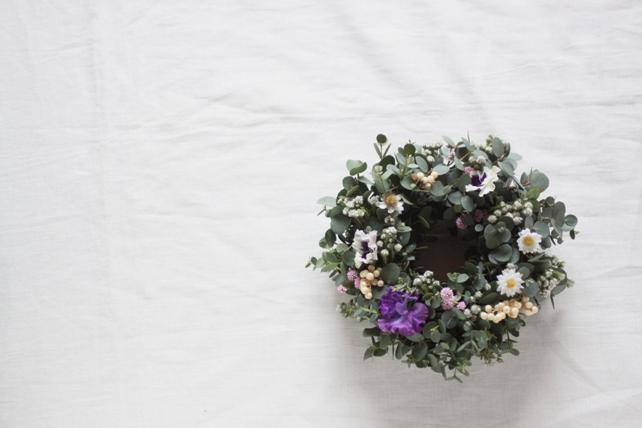 リース(生花)グニユーカリと小花の春リース2