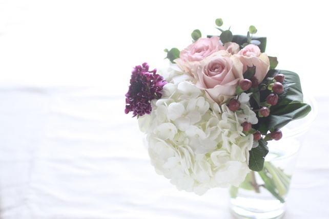 花束(生花)白の紫陽花と落ち着いたピンクのバラの花束