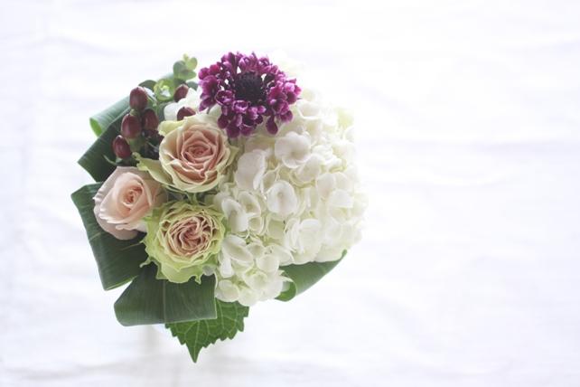 花束(生花)白の紫陽花とグリーンがかったバラの花束