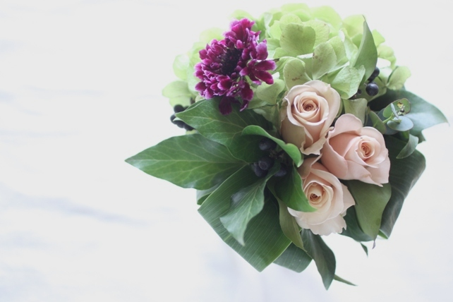 花束(生花)紫陽花とバラのシックな花束