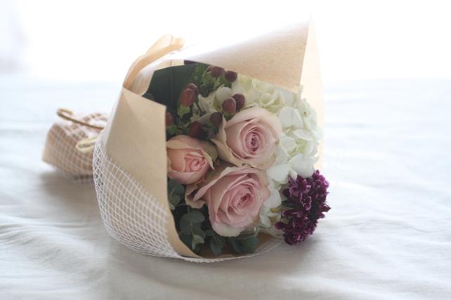 花束(生花)白の紫陽花と落ち着いたピンクのバラの花束2