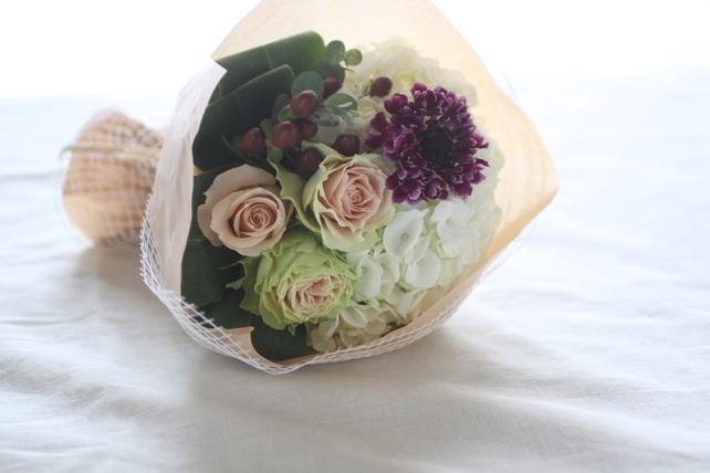 花束(生花)白の紫陽花とグリーンがかったバラの花束2
