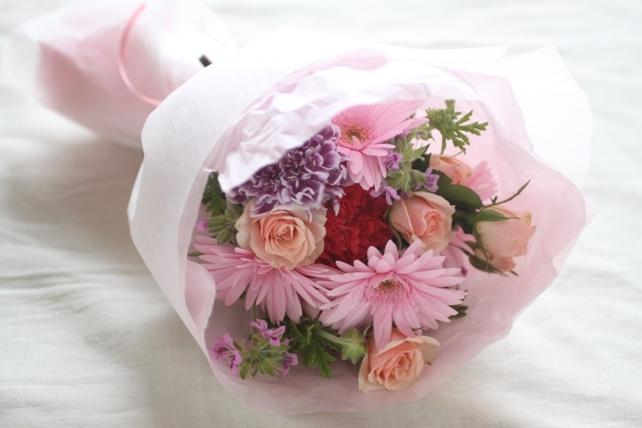 花束(生花)ピンクの花を集めて可愛らしく2