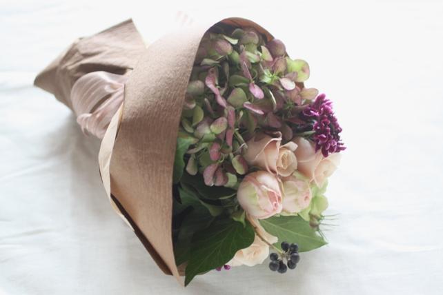 花束(生花)紫陽花とバラでシックに2