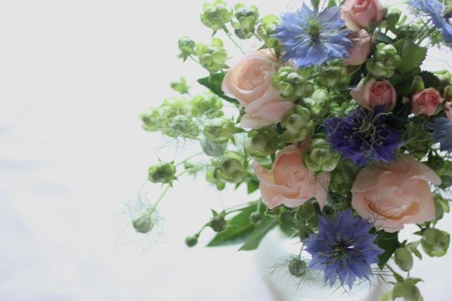 花束(生花)グリーンのバラと青のニゲラ