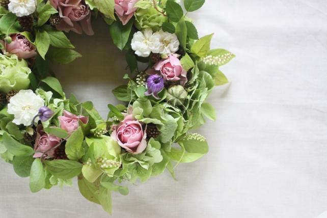 リース(生花)さわやかングリーンに淡いピンクと白を合わせて