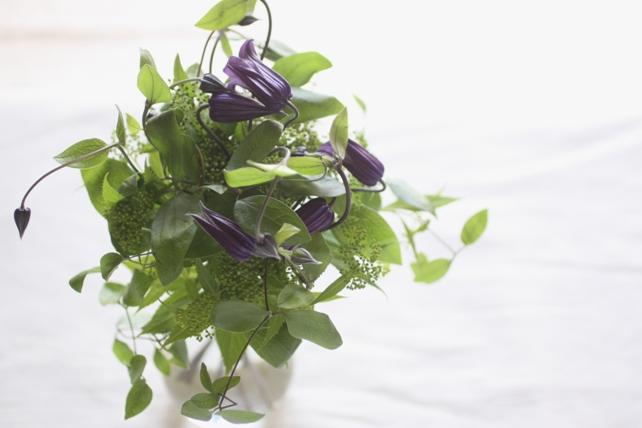 花束(生花)クレマチスとグリーンのさりげない花束2