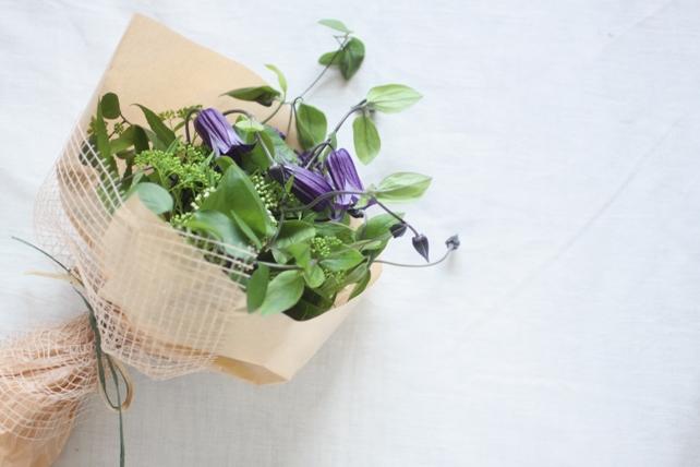 花束(生花)クレマチスとグリーンのさりげない花束