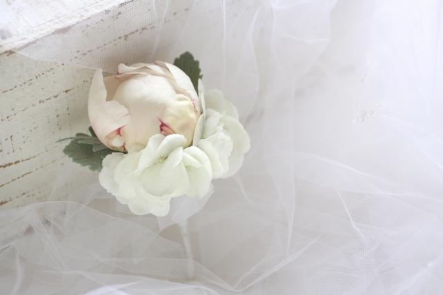 ブートニア(生花)芍薬と白紫陽花