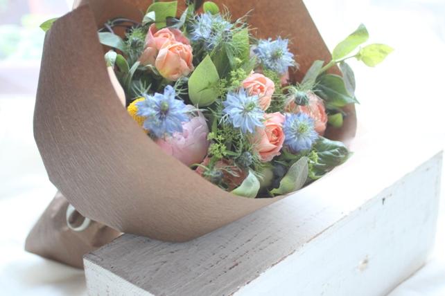 花束(生花)ご両親への贈呈用花束オレンジ×ブルー系2