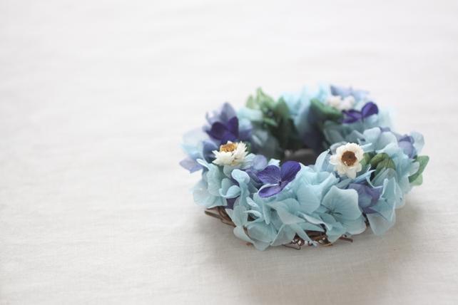 リース(プリザーブドフラワー)青の紫陽花と白い小花