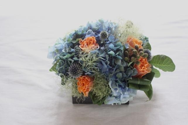 アレンジ(生花)青の紫陽花とスモークツリーの初夏のアレンジ