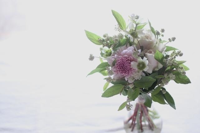 花束(生花)ダリアと小花のプチブーケ