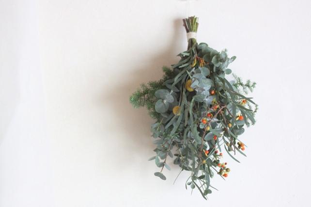 スワッグ(生花)ユーカリと針葉樹と実もの