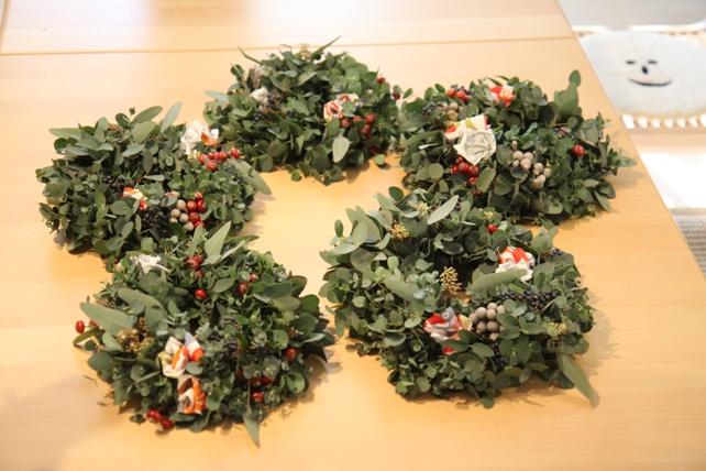 ワークショップ風景・ユーカリと布花のクリスマスリースづくり4