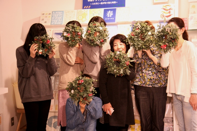 ワークショップ風景・ユーカリと布花のクリスマスリースづくり6