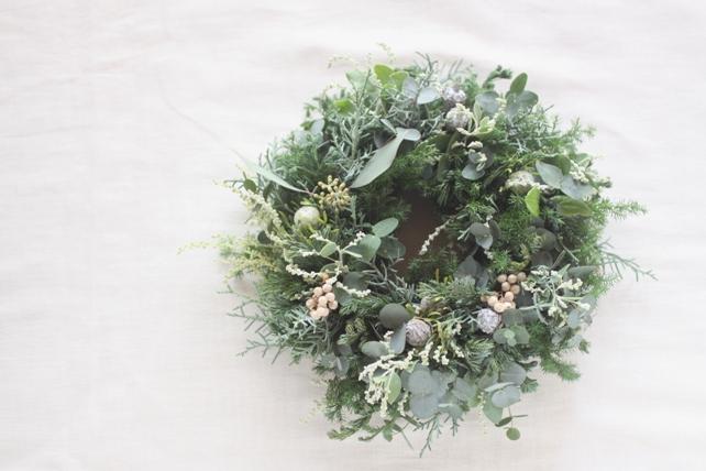 リース(生花)針葉樹と白い実もののクリスマスリース