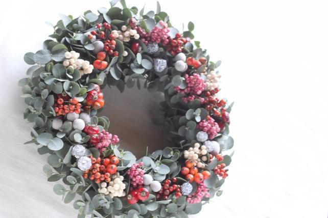 リース(生花)赤と白の実ものとユーカリ