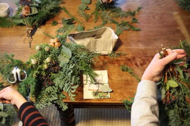 ワークショップ風景・針葉樹とコットンのスワッグ3