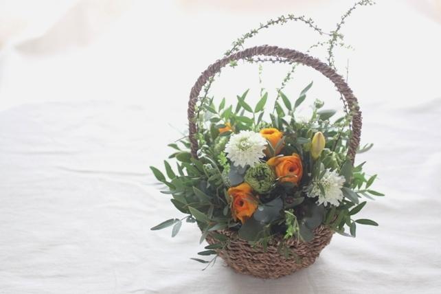 アレンジ(生花)オレンジとグリーンの春のナチュラルバスケットアレンジ